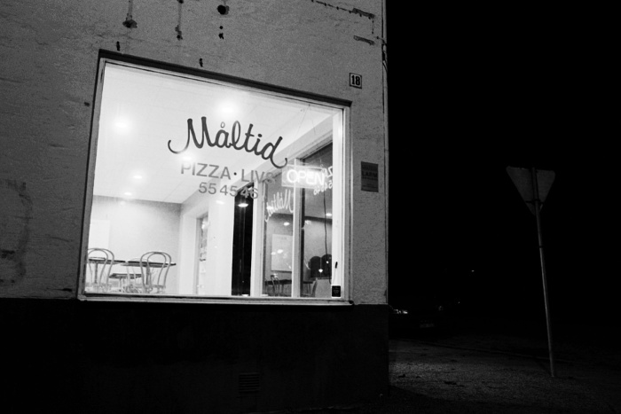 The pizza restaurant Måltid in the night, exterior and interior.